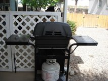 grill with like new propane bottle in Alamogordo, New Mexico