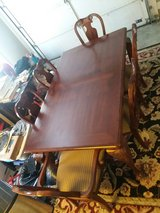 Very nice dinning room table & chairs. Excellent condition in Warner Robins, Georgia