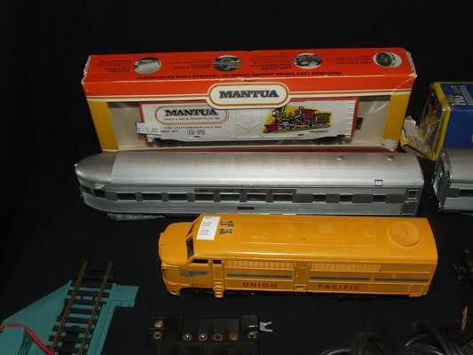 HO Scale Toy Railroad Train Engines Cars Transformers Switches