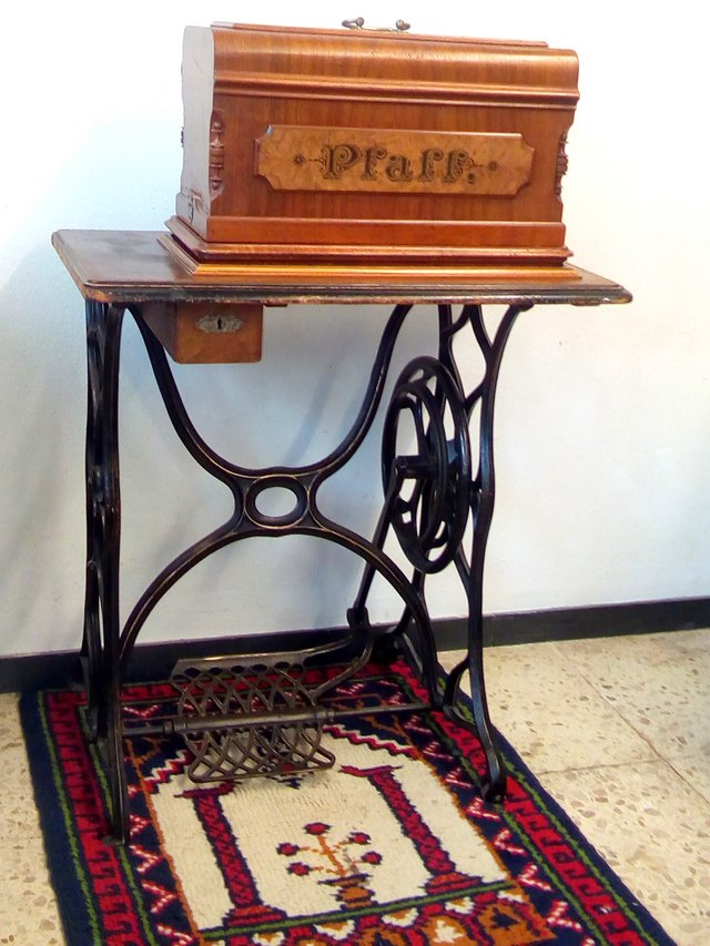 historic antique pfaff sewing machine with iron base antiques by dealer for sale on. Black Bedroom Furniture Sets. Home Design Ideas